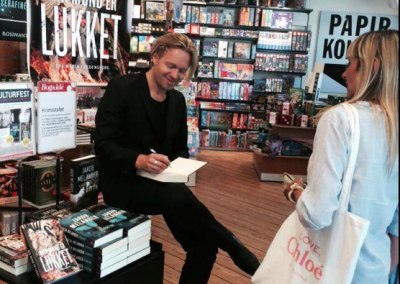 Signerer bøger i Bog&Idé, Charlottenlund