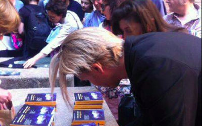 Signerer bøger efter optræden med Bud Spencer Blues Explosion i Cremona, Italien, juni 2014