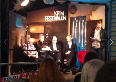 På scenen til Krimfestivalen i Oslo, Norge. Med blandt andre Hans Olav Lahlum, Kurt Aust og Tom Egeland.